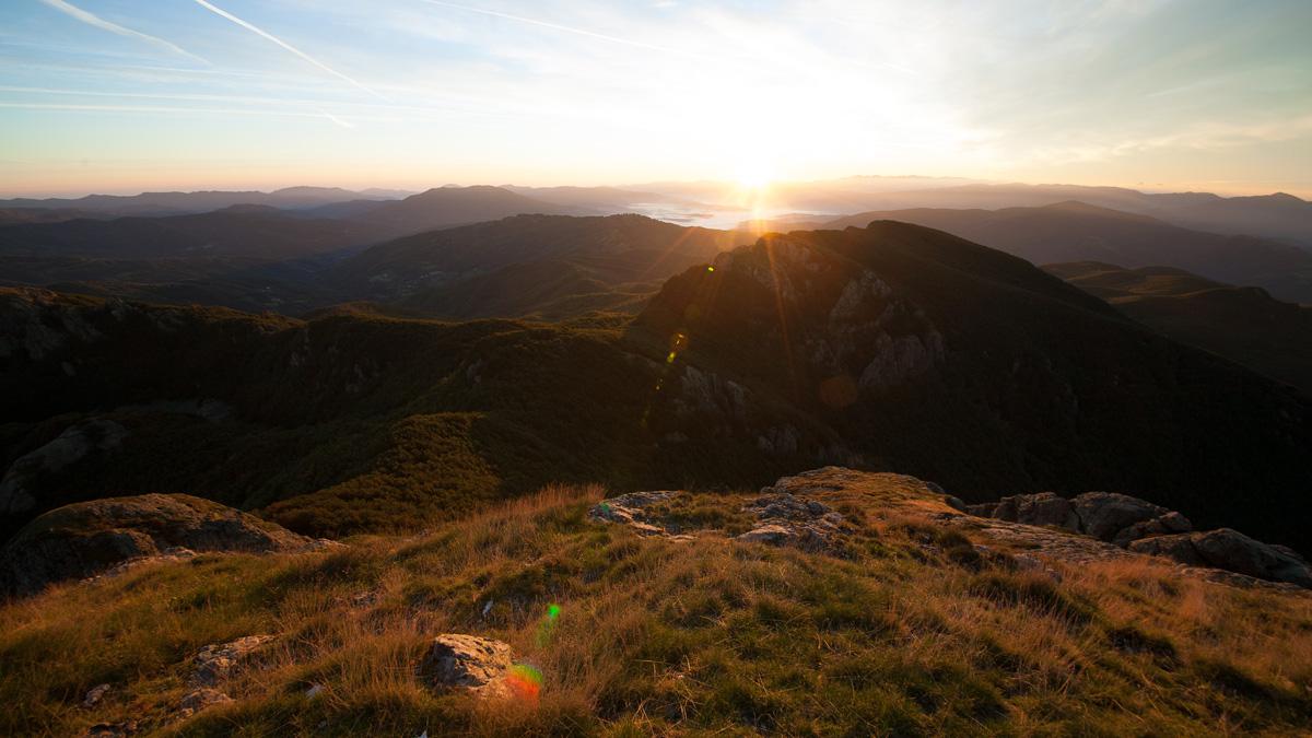 Le Trevine, monte Orocco viste dal Monte Penna all'alba. Sullo sfondo la Nebbia della bassa Val Taro